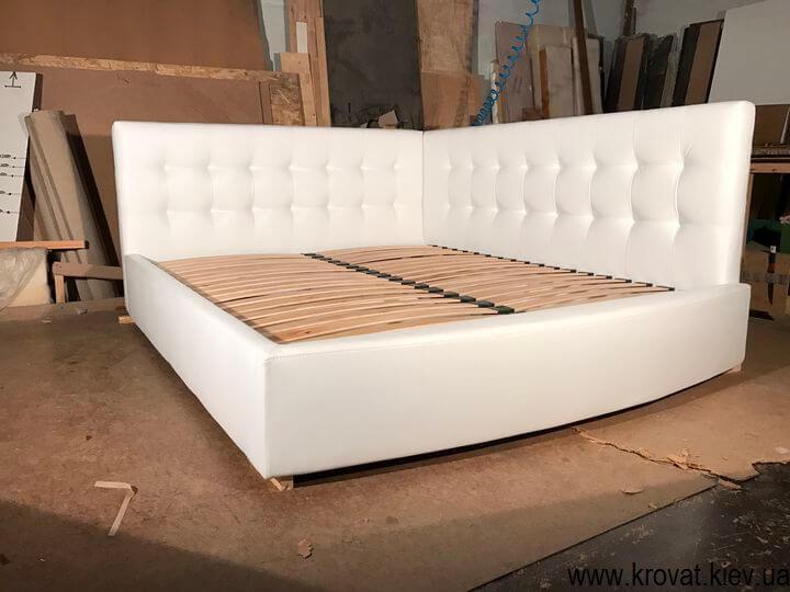 ліжко узголів'ям в кут