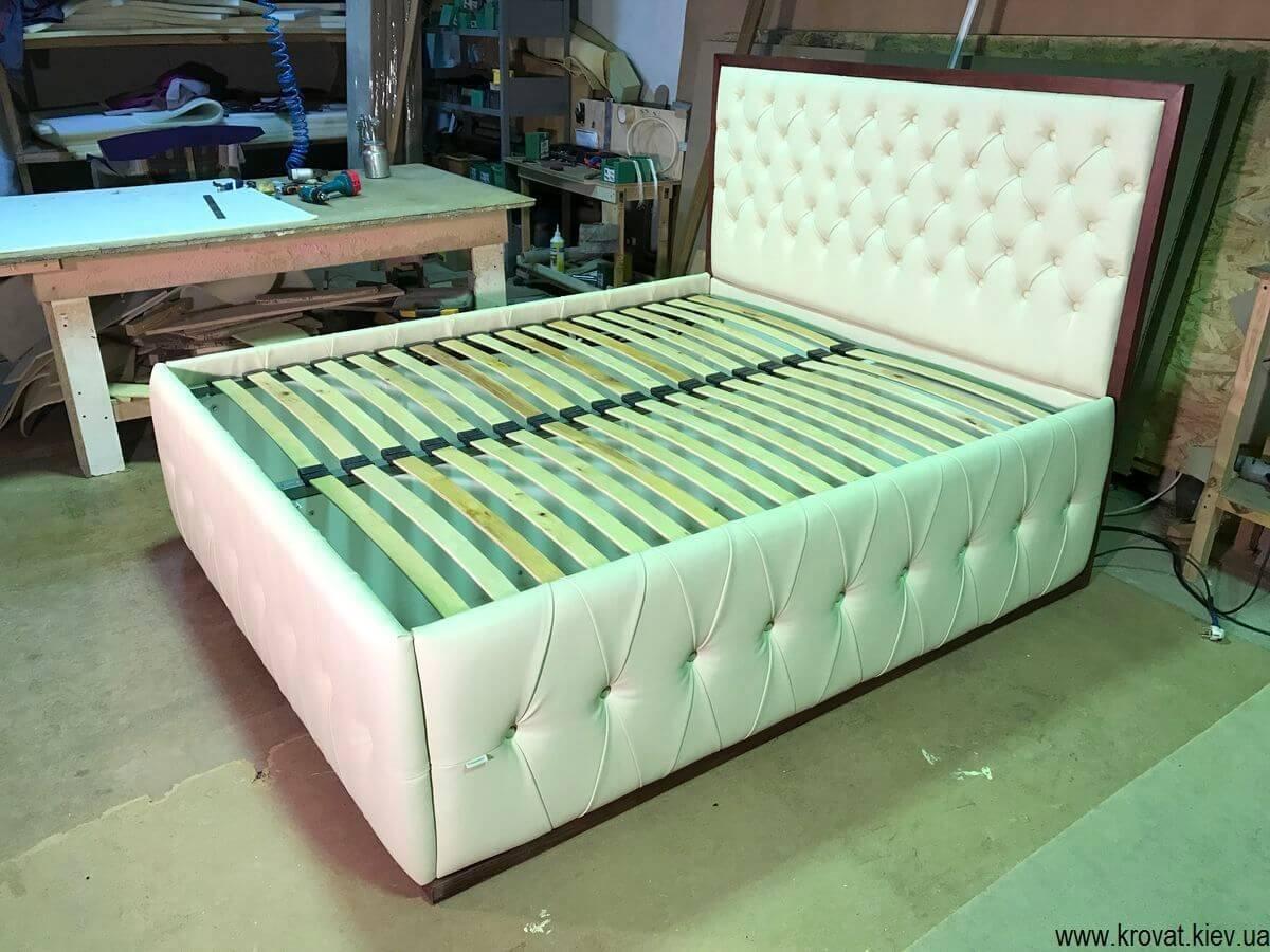 кровати с высоким подиумом