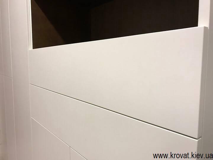 шафа в ванну з фарбованими фасадами