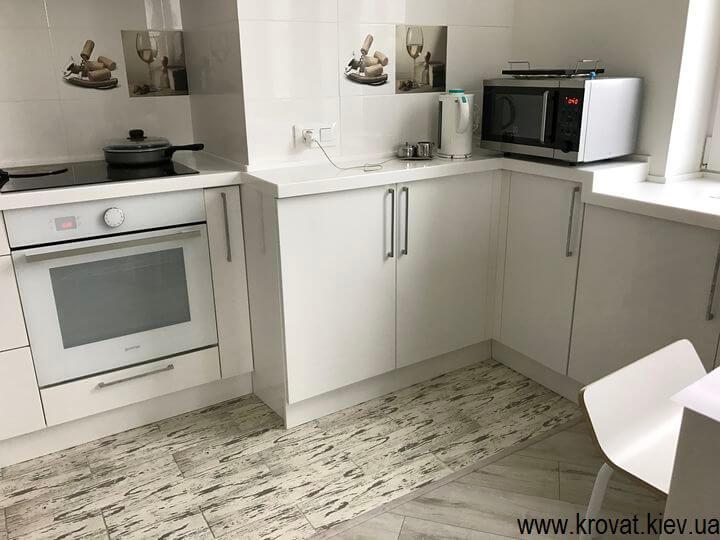 кухня с глянцевыми фасадами на заказ