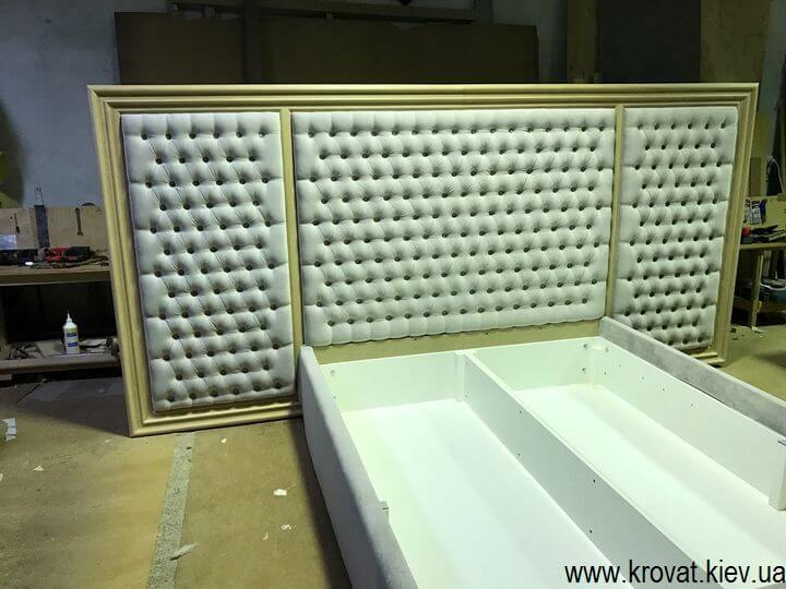 кровати с деревянным обрамлением на заказ
