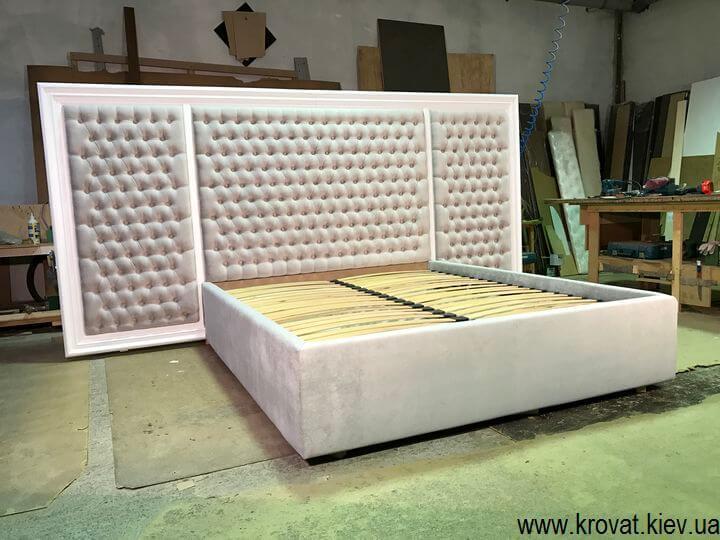 кровать с деревянным обрамлением