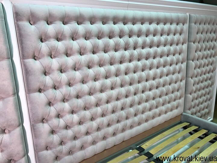 кровать с деревянным обрамлением с капитоне