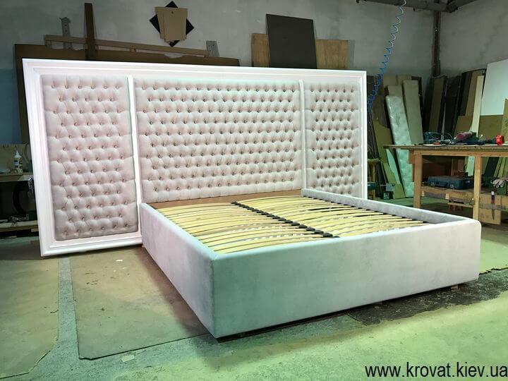 кровать с изголовьем в деревянной рамке