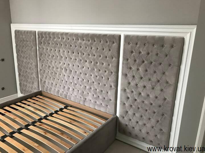ліжко в спальню з дерев'яним обрамленням