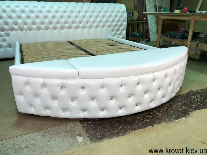 кровать с пуфиком у изножья