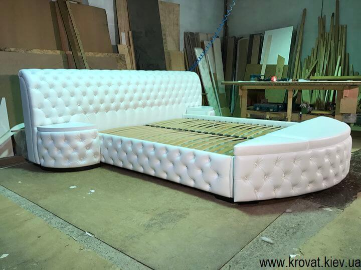 ліжко з приліжковими пуфами