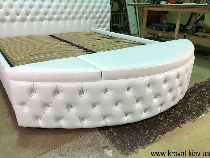 кровать с пуфом в изножье