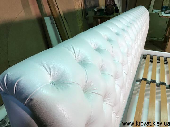 кровать с широкой спинкой