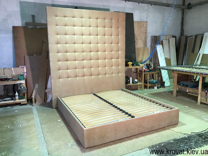 кровати с высокой спинкой