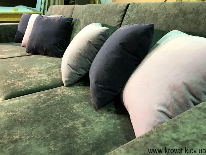 серый угловой диван с подушками