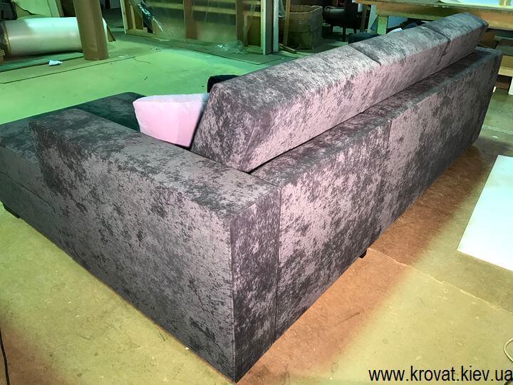 серый угловой диван с подлокотниками