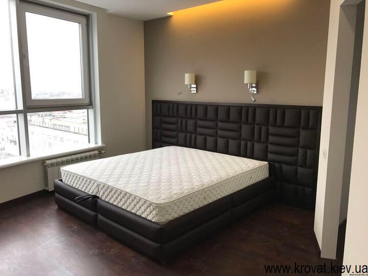 широкая кровать в интерьере
