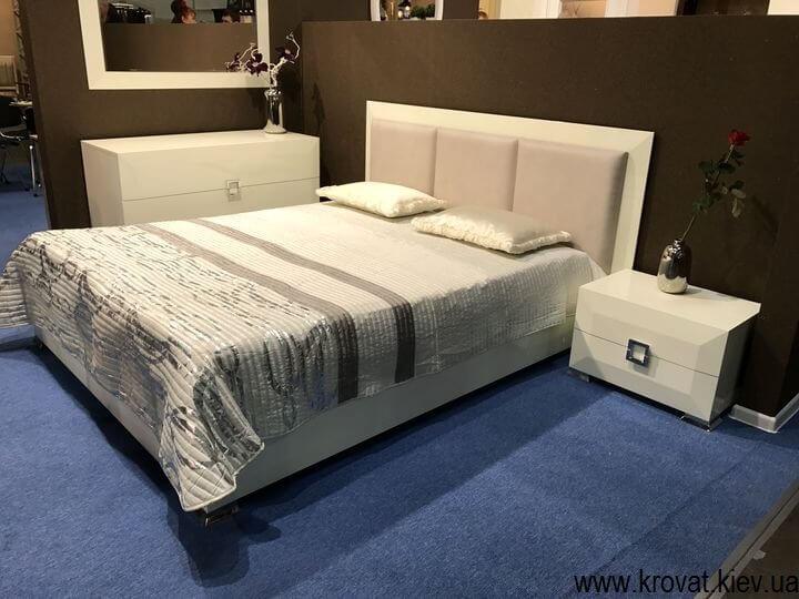 кровати на выставке мебели