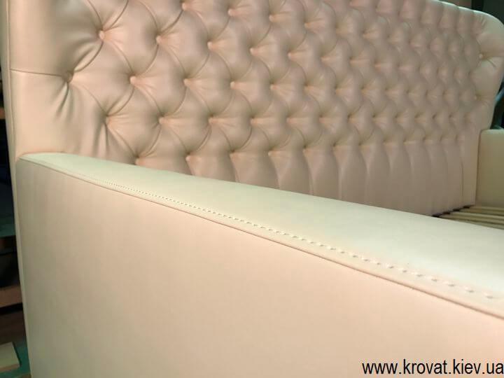 диван-ліжко для дівчинки з капітоне