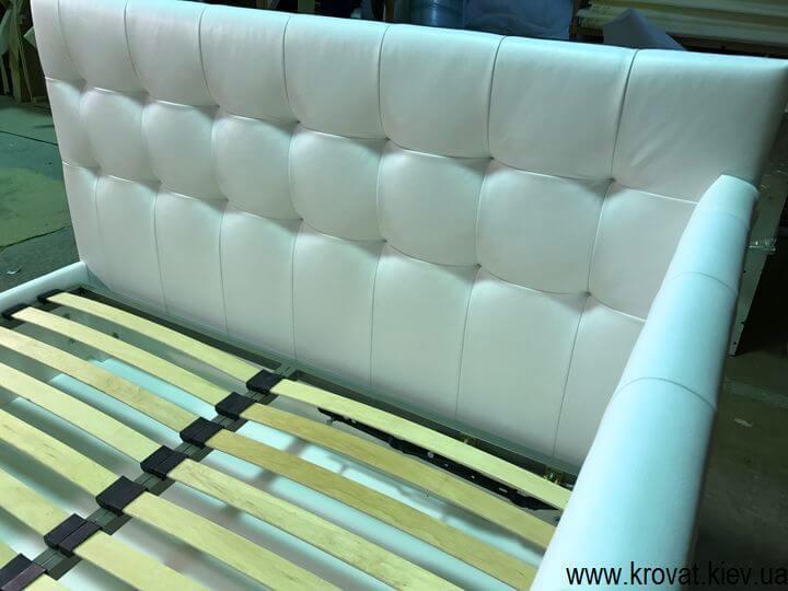 кровать с тремя мягкими спинками