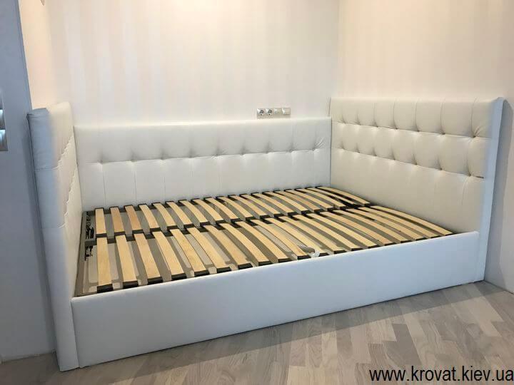 кровать с тремя спинками