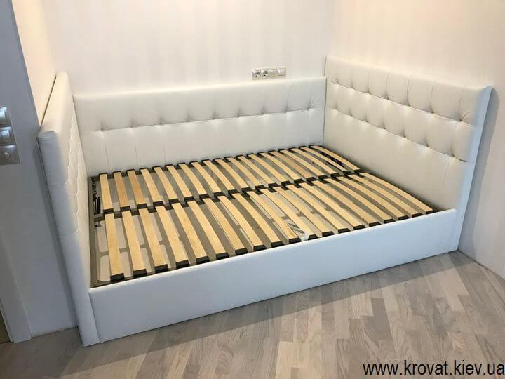 кровать с тремя спинками в интерьере