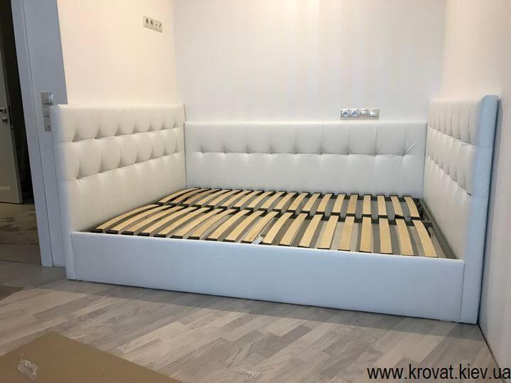 вбудоване ліжко з трьома спинками