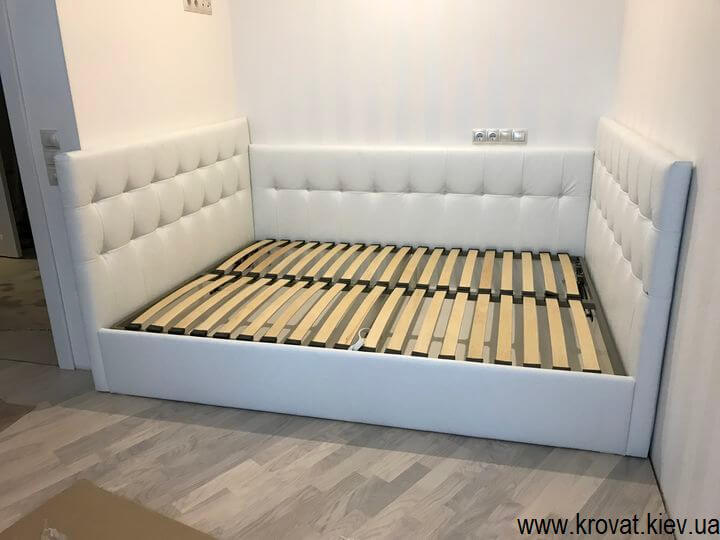 ліжко з трьома спинками в нішу