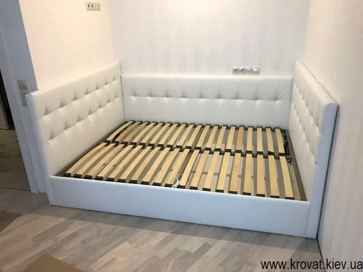 кровать с тремя спинками в нише