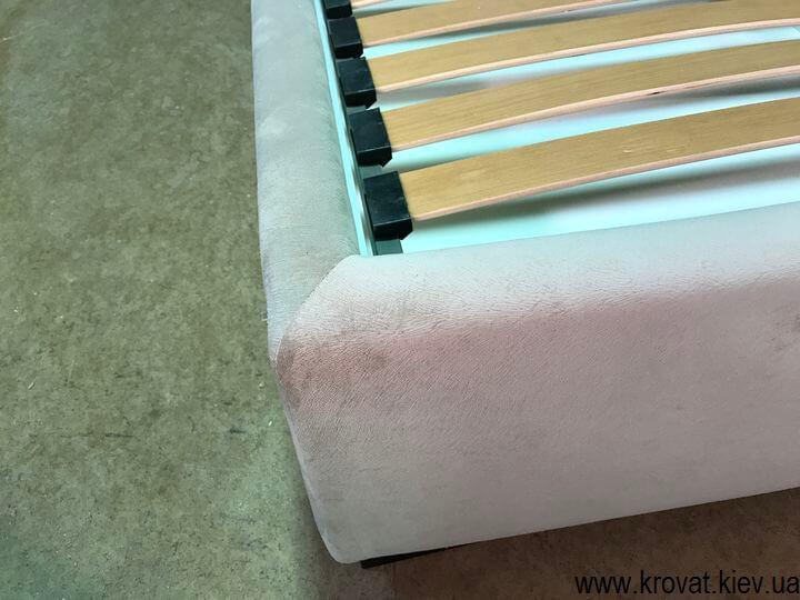 кровать с чехлом на липучках