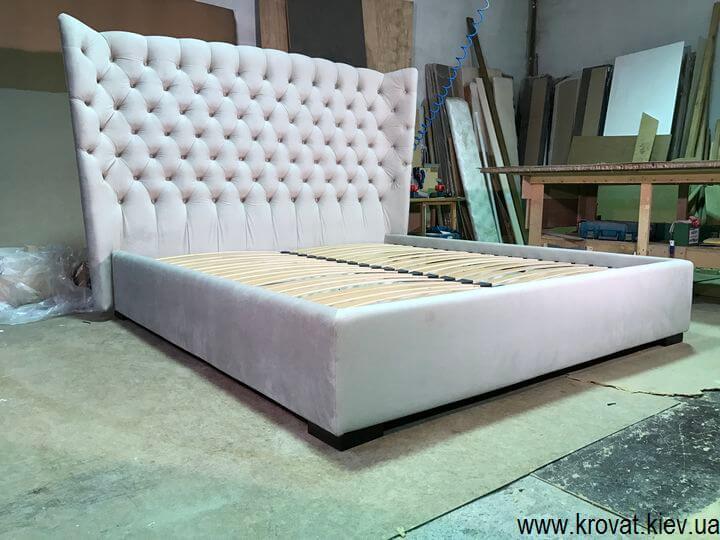 кровать с закругленной мягкой спинкой