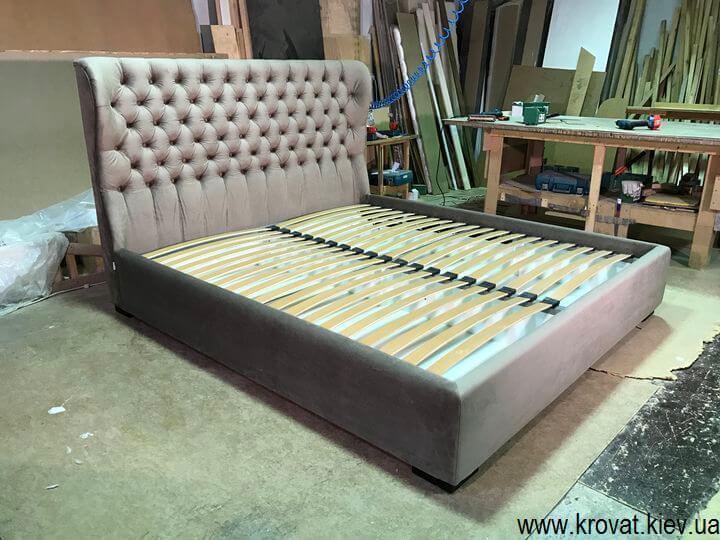 кровать с закругленным изголовьем в спальню