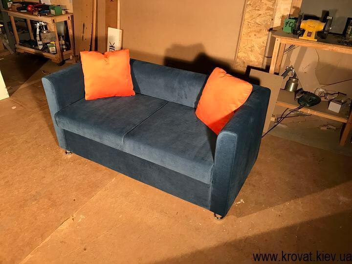 небольшой диван для кафе с подушками