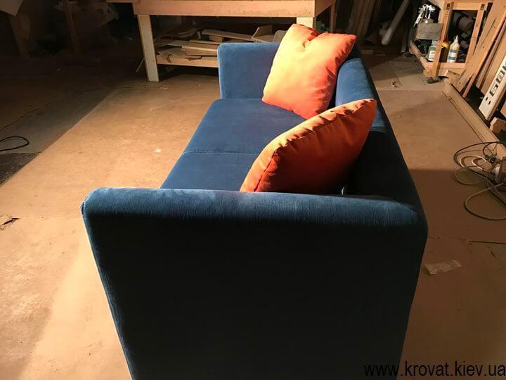 небольшой диван для кафе с подлокотниками