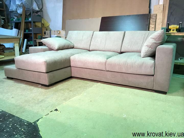 мягкий угловой диван с подлокотниками