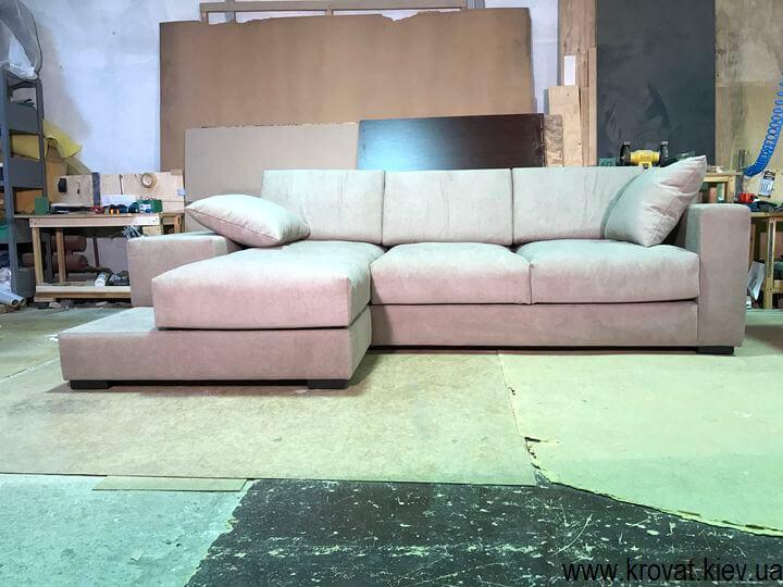 м'який кутовий диван з подушками