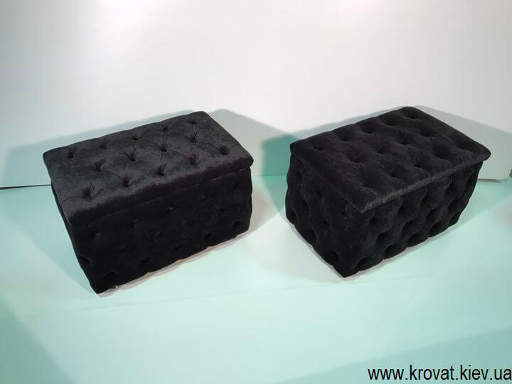 чорний пуф в тканині