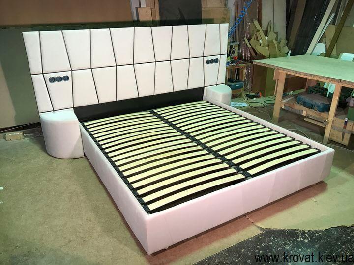 кровать с широким изголовьем в стиле модерн