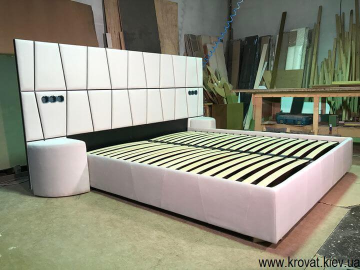 ліжко з широкою спинкою в стилі модерн