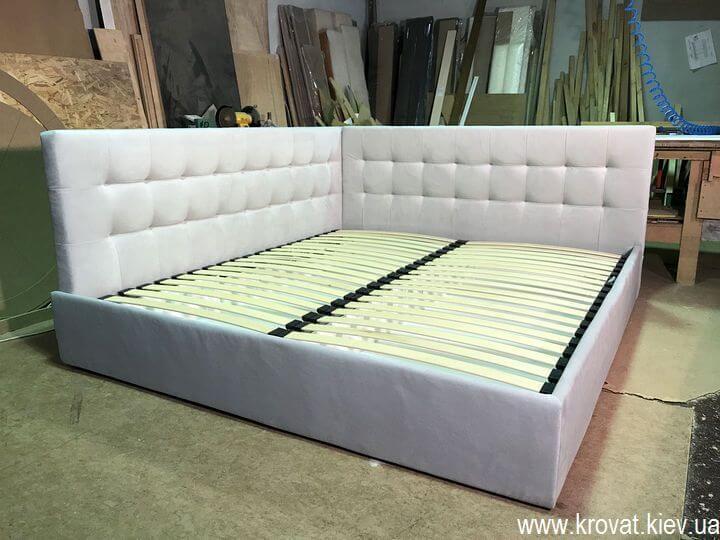 двуспальная кровать в угол комнаты на заказ