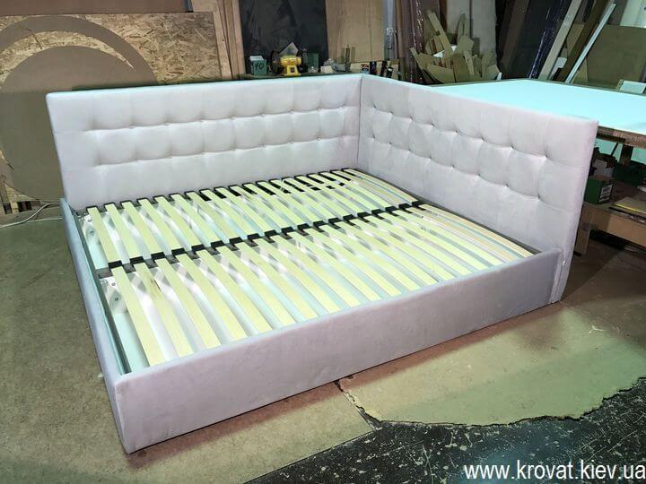 кровать с двумя изголовьями в угол комнаты на заказ
