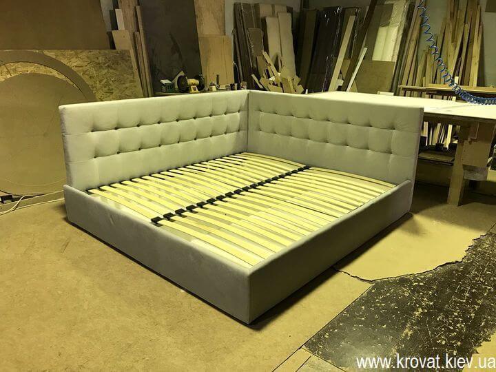 большая кровать в угол комнаты на заказ