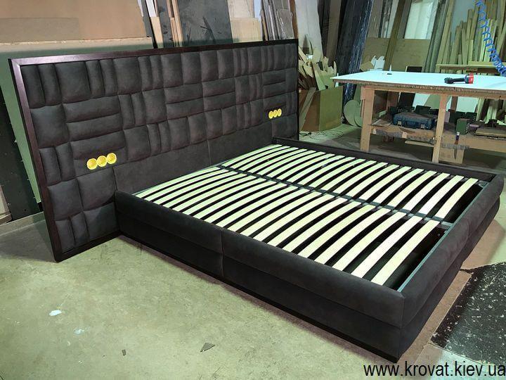 ліжко з широкою спинкою