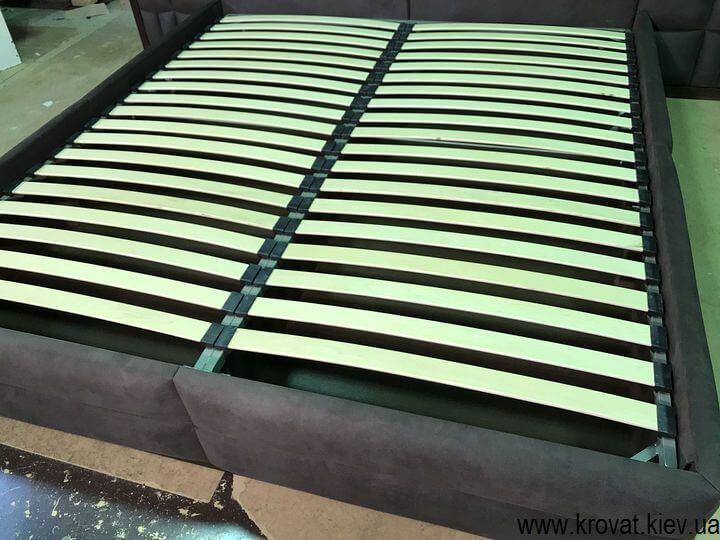кровать с встроенными в спинку розетками