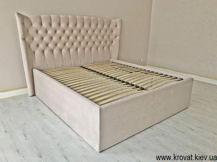 кровать в спальне с высоким подиумом