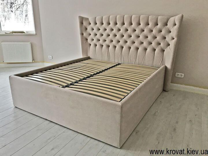 кровать с высоким подиумом в интерьере