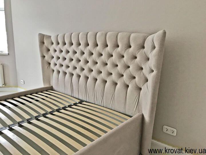 высокая кровать для спальни