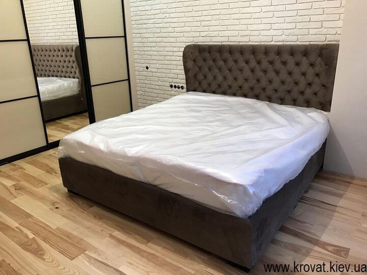 кровать из ткани в интерьере спальни