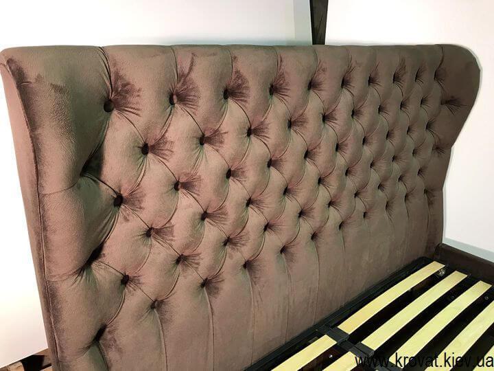 кровать обита тканью