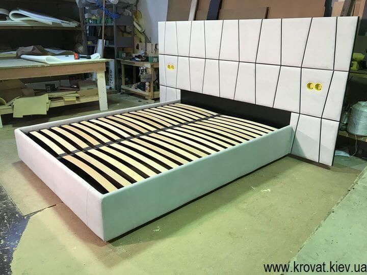 ліжко з широким узголів'ям з розетками на замовлення