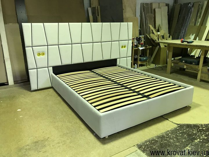 кровать с розетками в изголовье на заказ