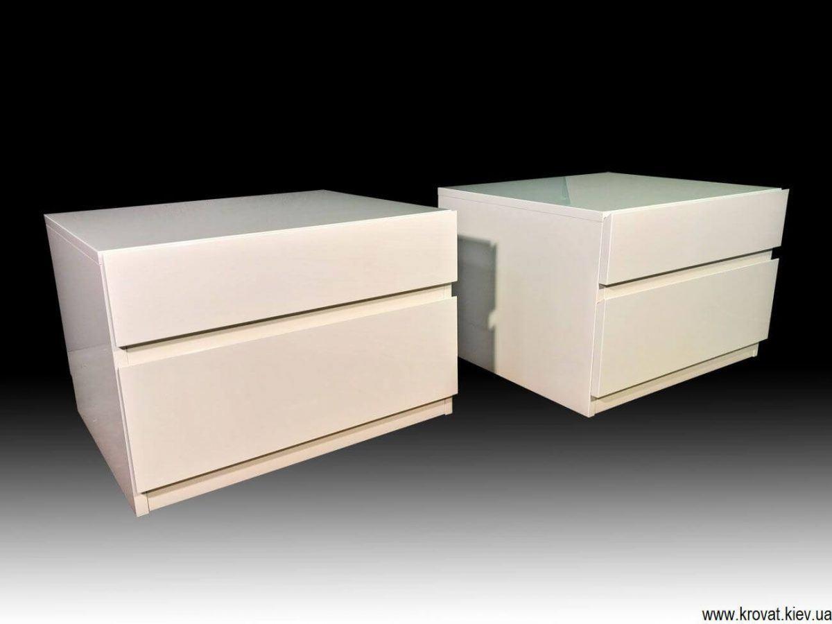 белые прикроватные тумбочки