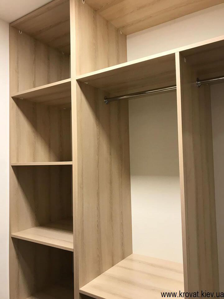 маленькая гардеробная комната в кладовке
