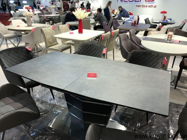 столы и стулья на выставке мебели в Киеве